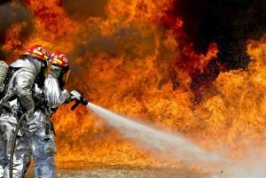 Beitragsbild im Beitrag gegen Krieg und Gewalt : 2 Feuerwehrleute bekämpfen großes Feuer