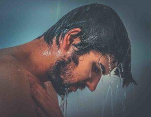 Small Talk: Mann unter der Dusche