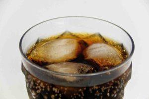 Small Talk: Ein Glas mit Cola und Eiswürfeln